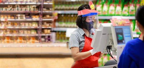 shopping-at-a-grocery-store-during-COVID-19-pandemic-women